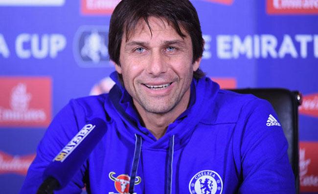 Conte sta guidando gli allenamenti del Chelsea. Sarri attende chiamata, situazione paradossale