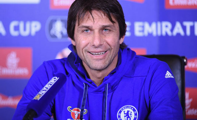 Conte sta guidando gli allenamenti del Chelsea. Sarri attende, situazione paradossale