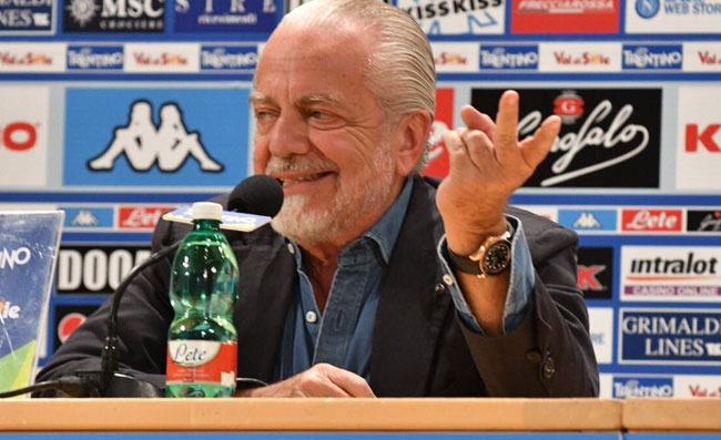 """""""Chi è bravo a tressette?"""". De Laurentiis fa felice un tifoso: """"Ancelotti l'aspetta in albergo"""""""