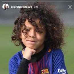 """FOTO – Attacchi social al figlio di Allan che indossa maglia del Barça, interviene la moglie: """"Mio figlio ha 7 anni, è appassionato di calcio!"""""""