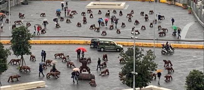 Napoli, i cento lupi di Liu Ruowang in piazza Municipio fino al 31 marzo 2020