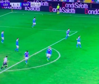 Il video che fa infuriare i tifosi del Napoli. Calciatori fermi in mezzo al campo