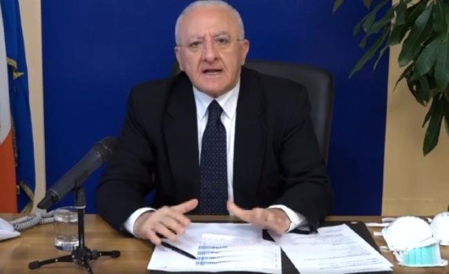 Coronavius, De Luca annuncia: dalle 22 divieto assoluto di consumo di alcolici in aree pubbliche