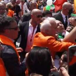"""VIDEO – Incredibile a Milano, in piazza """"Gilet arancioni"""" protestano senza distanze e mascherine"""