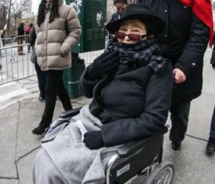 La triste fine di Yoko Ono, malata, sulla sedia a rotelle e assistita da una badante: «Ma è lucida»