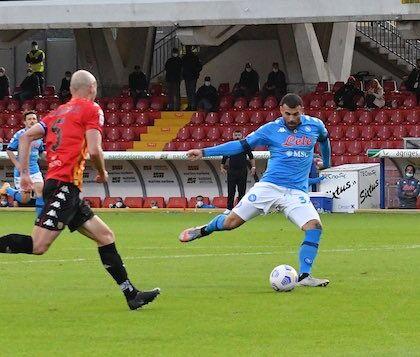 Insigne, il carattere e la forza della rosa: il Napoli batte in rimonta il Benevento 2-1