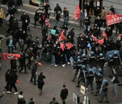Napoli, nuovi scontri in piazza dei Martiri. Bombe carta e bottiglie contro la polizia