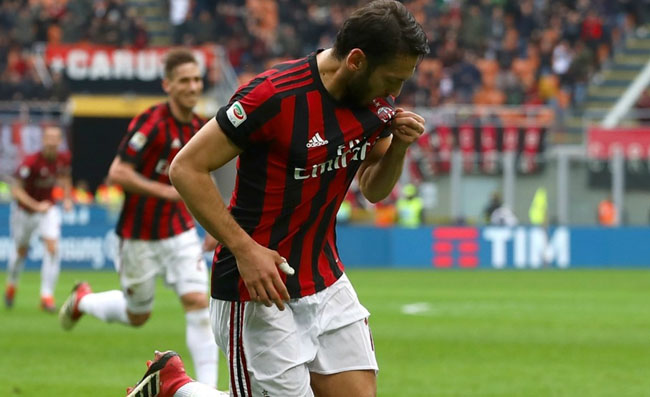 Calhanoglu, selfie con Demiral dopo Napoli. La scelta fa discutere. Il turco andrà alla Juventus?