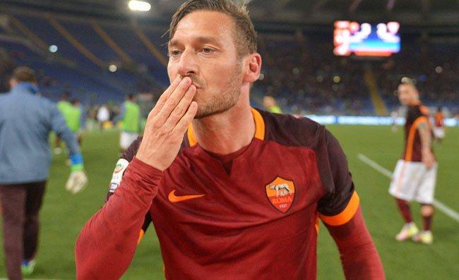 """Totti, commovente messaggio per la città di Roma: boom di """"like"""" sui social"""