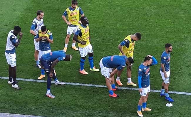 Napoli, giocatori in campo per il riscaldamento. Grande concentrazione (VIDEO)