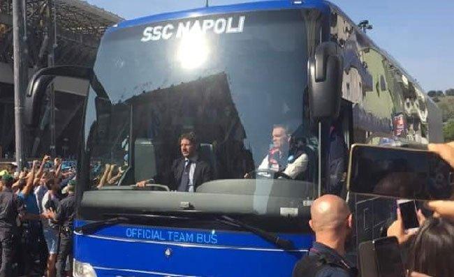 """Napoli arrivato al Franchi, azzurri accolti dal coro dei tifosi: """"Devi vincere!"""""""