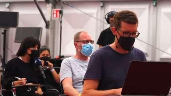 VIDEO – Lady Mertens si traveste da giornalista: esilarante scherzo a Dries in conferenza