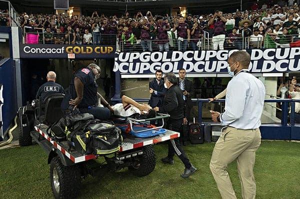 Gold Cup, Lozano  brutto infortunio: esce dal campo in barella e con il collare  VIDEO