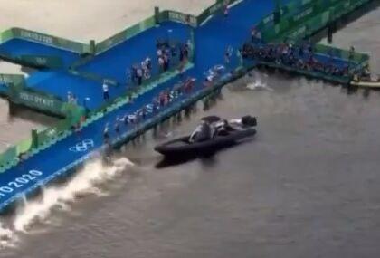 L'incredibile falsa partenza del triathlon: atleti bloccati da una barca mentre si tuffano (VIDEO)