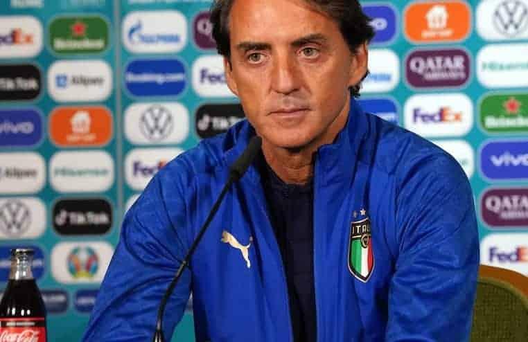La TV spagnola scopre la formazione titolare dell'Italia. Le telecamere spiano gli appunti di Mancini