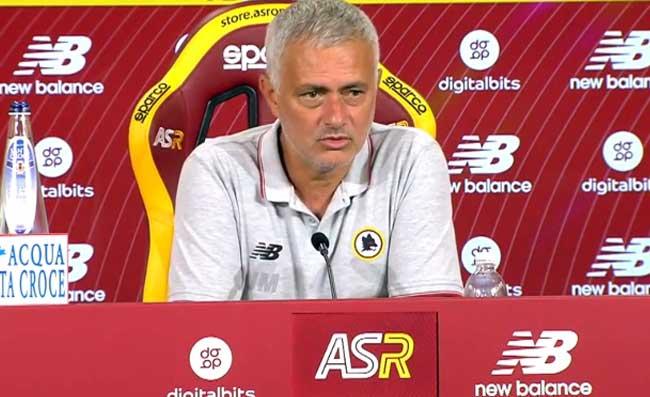 """Lazio-Roma, furia Mourinho in conferenza stampa: """"Le modalità mettitele nel c…""""."""